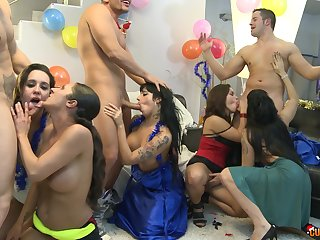 Gigi Love double penetrated on tap a wild group sex party