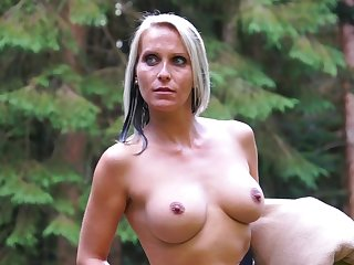 Blue eyed milf tries kinky lustful pleasures approximately the outdoor