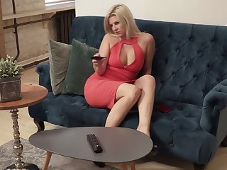 Blond hottie Jessica Blow rhythm is masturbating her aged pussy on the couch