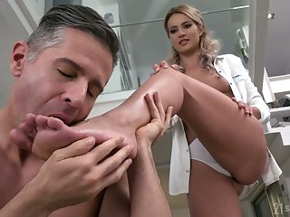 Svelte cutie Cherry Kiss gets her pussy drilled in spoon false display and gives footjob