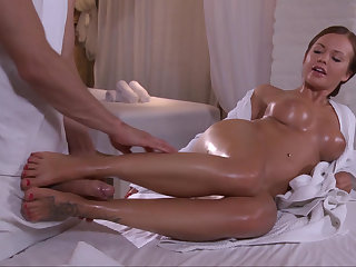 Roused babe seducing will not hear of horny masseur