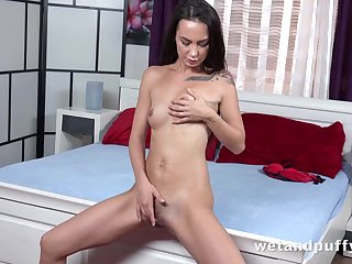 Solo slut stretches out her cunt take a huge dildo