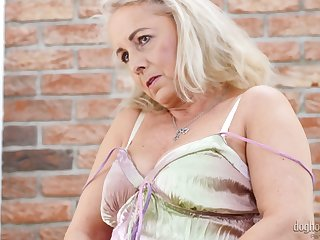 Spoiled mature slut Victoria Thirst is fond be worthwhile for playing with chunky pair