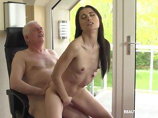 Brünette Großer Arsch Kleine Titten
