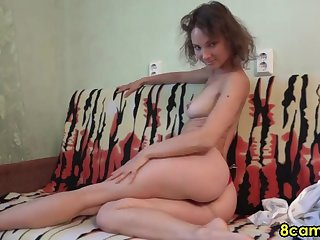 Hot sexy floosie fucking herself on webcam live and loves it