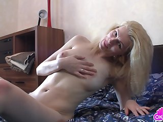 Mature woman arch slowly rubs the brush clit, and then she moves on to a round of passionate