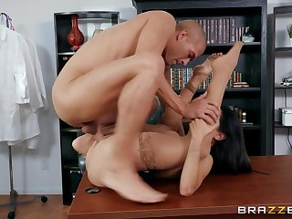 Brunette woman loads pussy with unnumbered young Hawkshaw