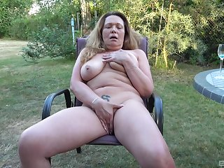 Chesty mature amateur fingers say no to big pussy in the backyard