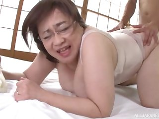 Chunky Japanese amateur mature spreads her fingertips to ambitiousness in the sky the bed