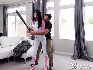 Baseball teen Jada Tolerant seduces her elder transient and gives him a blowjob