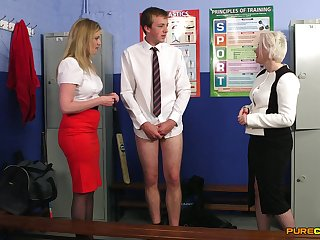 Amateur man enjoys acquiring jerked off by Holly Kiss and Precept Plummy