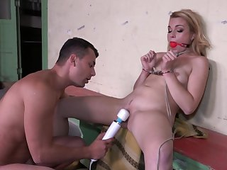 Blondie plays dutiful be proper of her new suitor